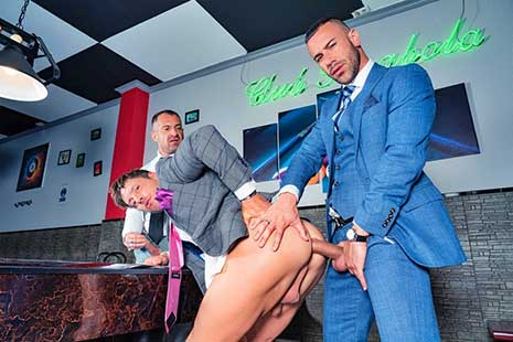 Business associates David Linset and Steve Jouret are playing a game when Gustavo Cruz asks to join them. While they play, the three men give each other seductive looks...